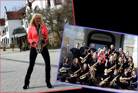 Saxophonistin mit Saxophonensemble
